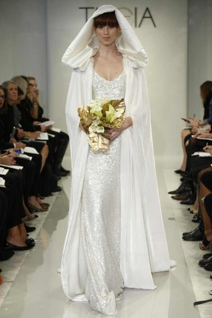 Vestido de novia para otoño 2014 con capa a juego y aplicaciones en el diseño - Foto Theia