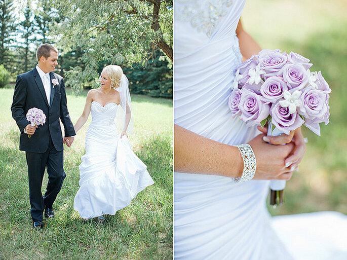 Un ramo de novia en tono lila o violeta pálido crea un efecto más suave. Foto: Gabriel and Clarins Photography