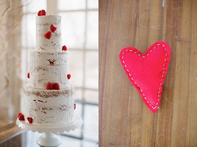 Ponqué de bodas con detalles rojos. Foto: Alea Lovely