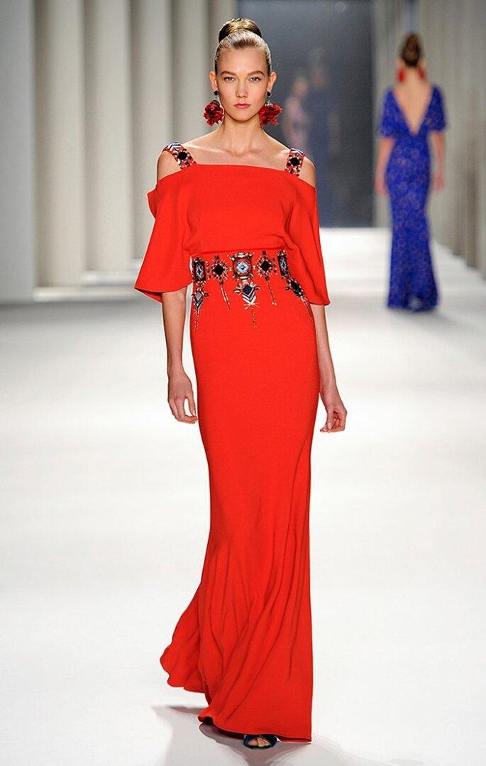 Vestido largo de seda color rojo fuego con bordados geométricos. Foto: www.carolinaherrera.com