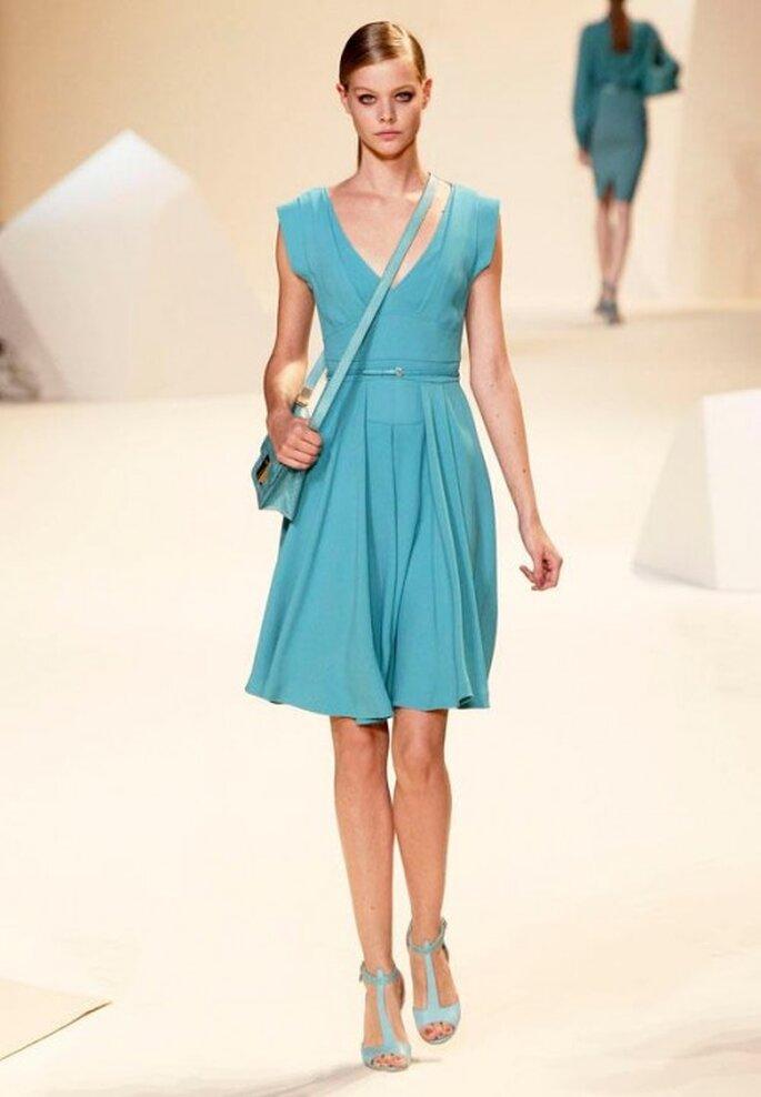 Vestido de fiesta corto en color azul turquesa con escote en V y bolsa cruzada - Foto Elie Saab Facebook