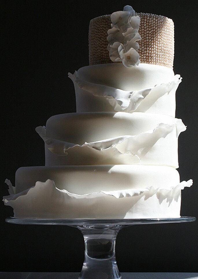 Auch eleganten Hochzeitstorten in Weiß kann man einen herbstlichen Touch verleihen – Foto: tarta