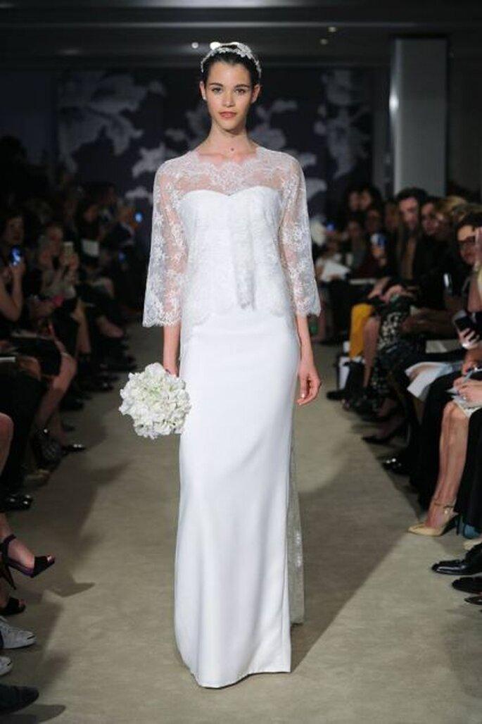Vestido de novia con minicapa en encaje de Carolina Herrera 2015
