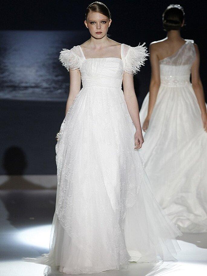 Robe de mariée taille empire, applications de plumes sur les manches. Collection Jesus Peiró 2013 Photo Barcelona Bridal Week