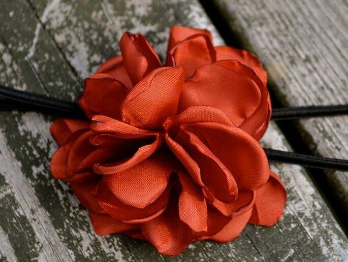 Un fiore tra i capelli. Foto: domesticallyURBAN. www.etsy.com/shop/domesticallyURBAN