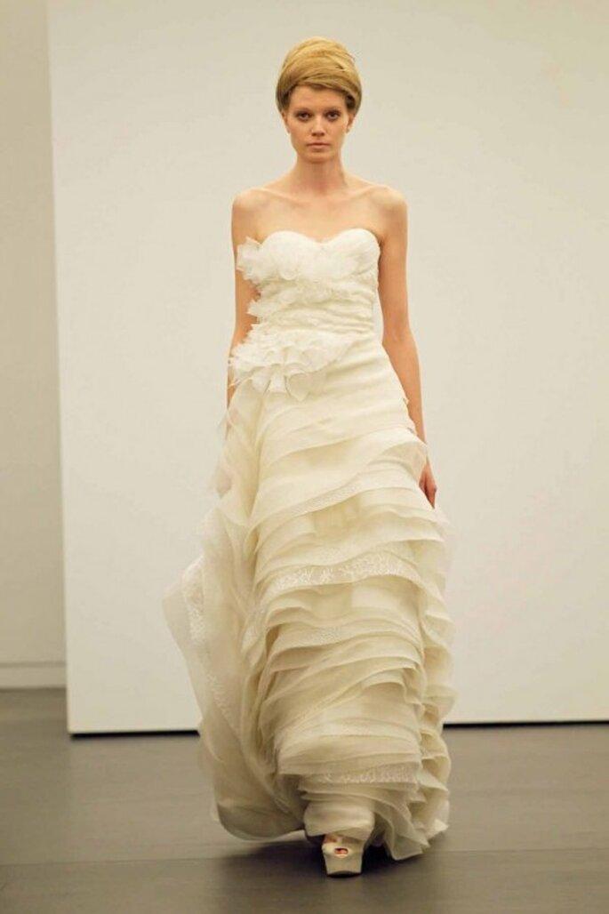 Vestido de novia otoño 2013 con detalles de flores y volúmenes en la falda - Foto Vera Wang