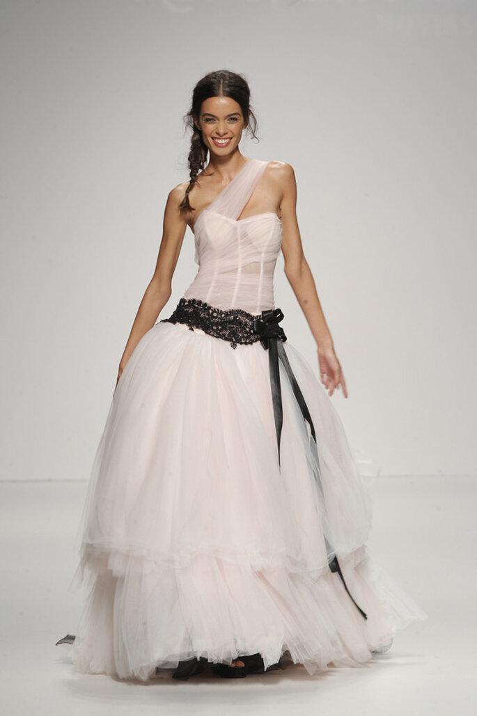 Vestidos de novia con escotes asimétricos, una tendencia must en 2015 - Foto Jordi Dalmau
