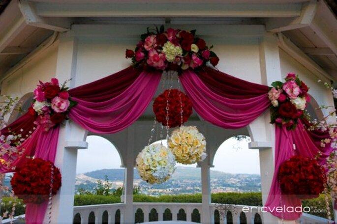 Auch den Altar dürfen Sie ganz in Pink hüllen – Foto: eric velado
