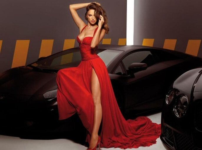 Vestido elegante para damas de boda en color rojo - Foto Alessandro Angelozzi Facebook