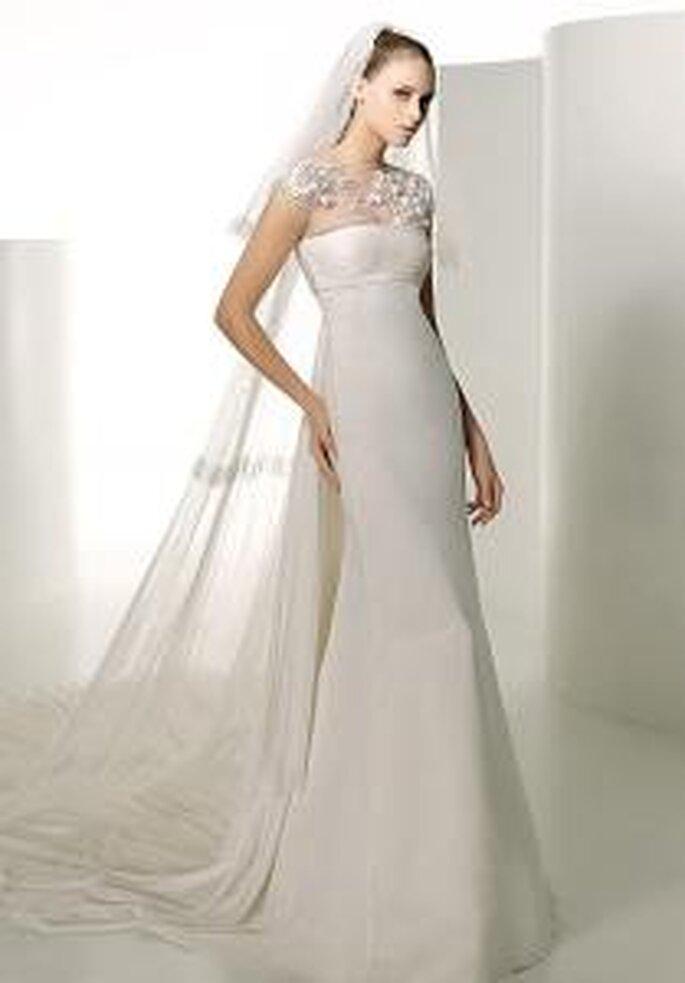 Valentino 2009 - Indus, vestido largo en línea similar a sirena, en sedas, detalle floral en el cuello