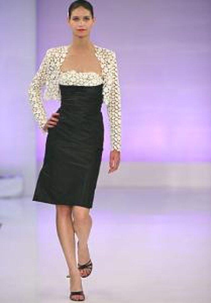 Cymbeline 2009 - Vestido corto negro con escote recto. Torera blanca en crochet