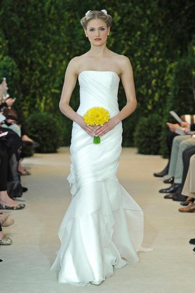 Vestido de novia largo con escote strapless y cauda - Foto Carolina Herrera