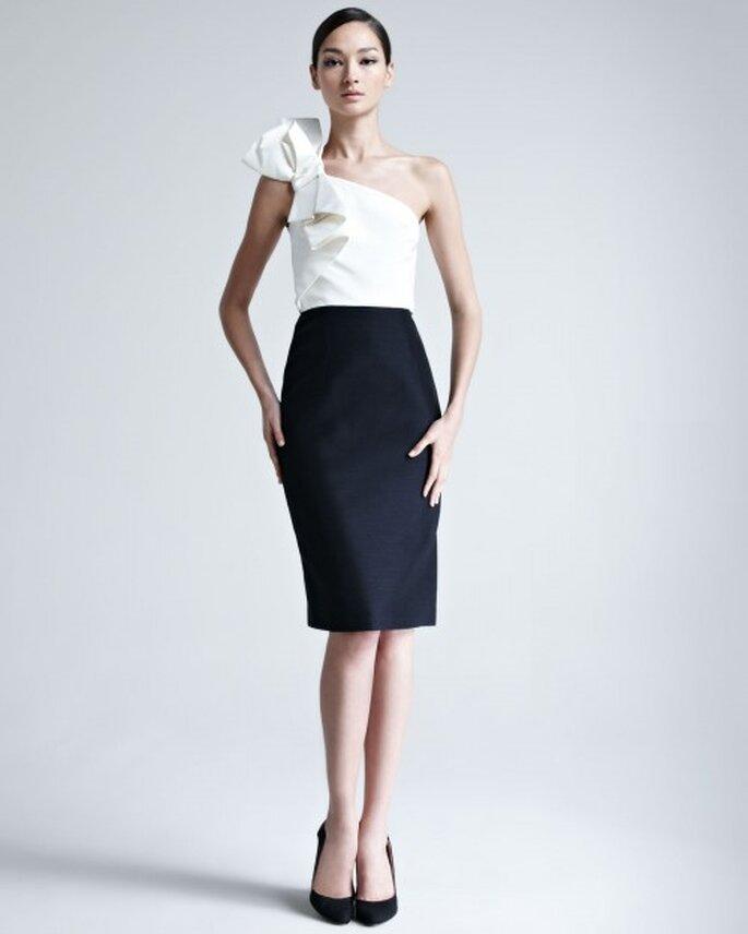 vestido de fiesta en colores blanco y negro con escote asimétrico y falda de corte recto - Foto Bergdorf Goodman