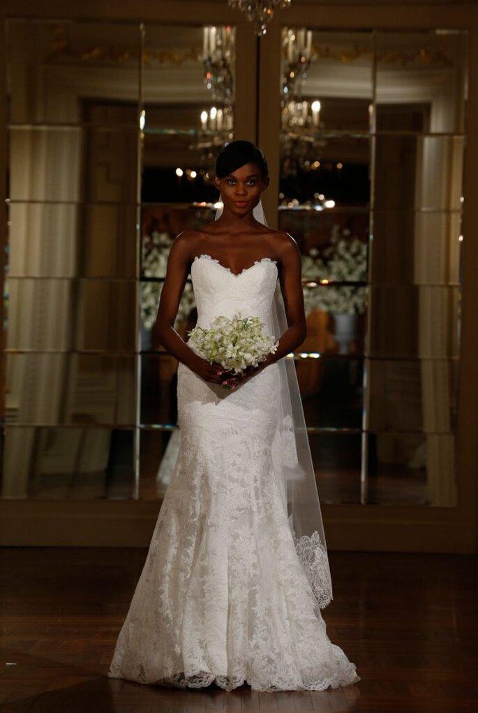 Vestido de novia con silueta ceñida, escote corazón y magníficos bordados hechos con encaje - Foto Romona Keveza
