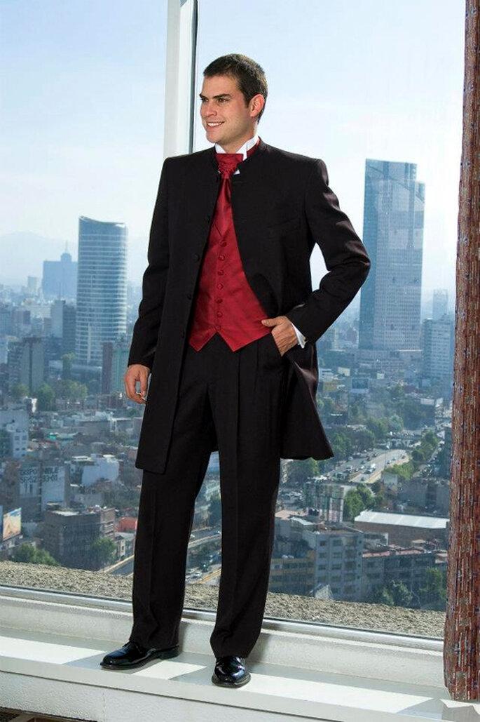 Traje elegante con un llamativo chaleco rojo - Foto: Casa Marcelo