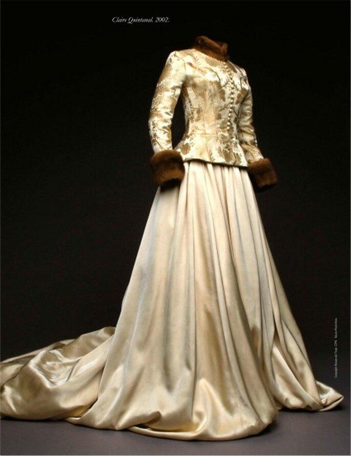 Vestido en tussor de seda natural, y chaqueta brocada en seda dorada, con cuello y puños en piel de visón. Propiedad de Claire Quintanal, 23 de noviembre de 2002