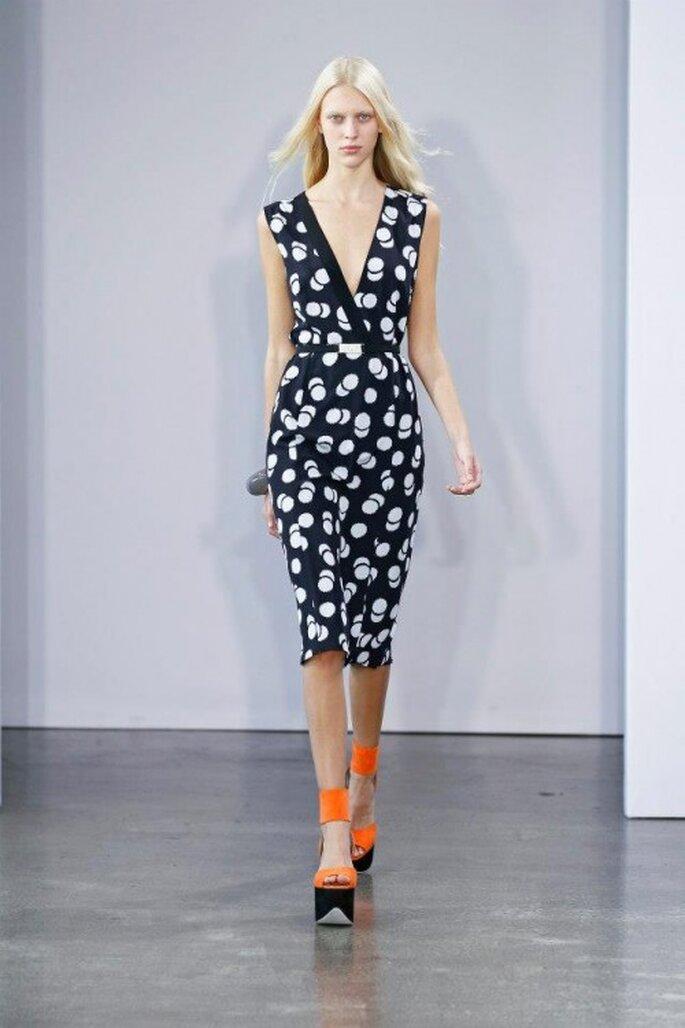 Vestido de fiesta con escote pronunciado en V y estampado de puntos blancos - Foto Victoria Victoria Beckham