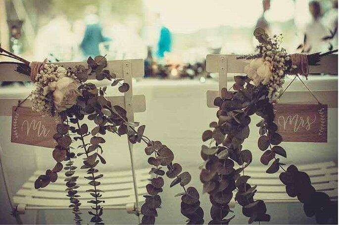 «Chaises des mariés – Mr & Mrs»  Photographe – Pierre Sautel Création & mise en place – Label'Emotion Provence
