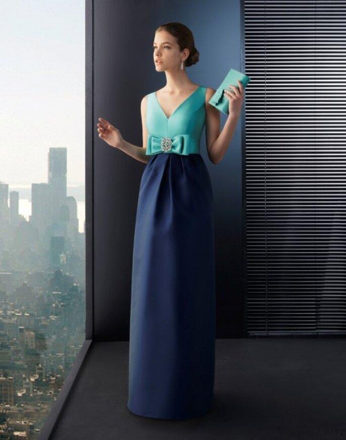 Vestido de fiesta largo en color verde esmeralda con falda en tono azul marino y detalle de moño - Foto Rosa Clará