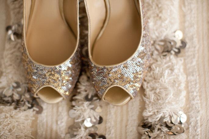 Zapatos de novia con aplicaciones y brillos - Foto Sarah Yates