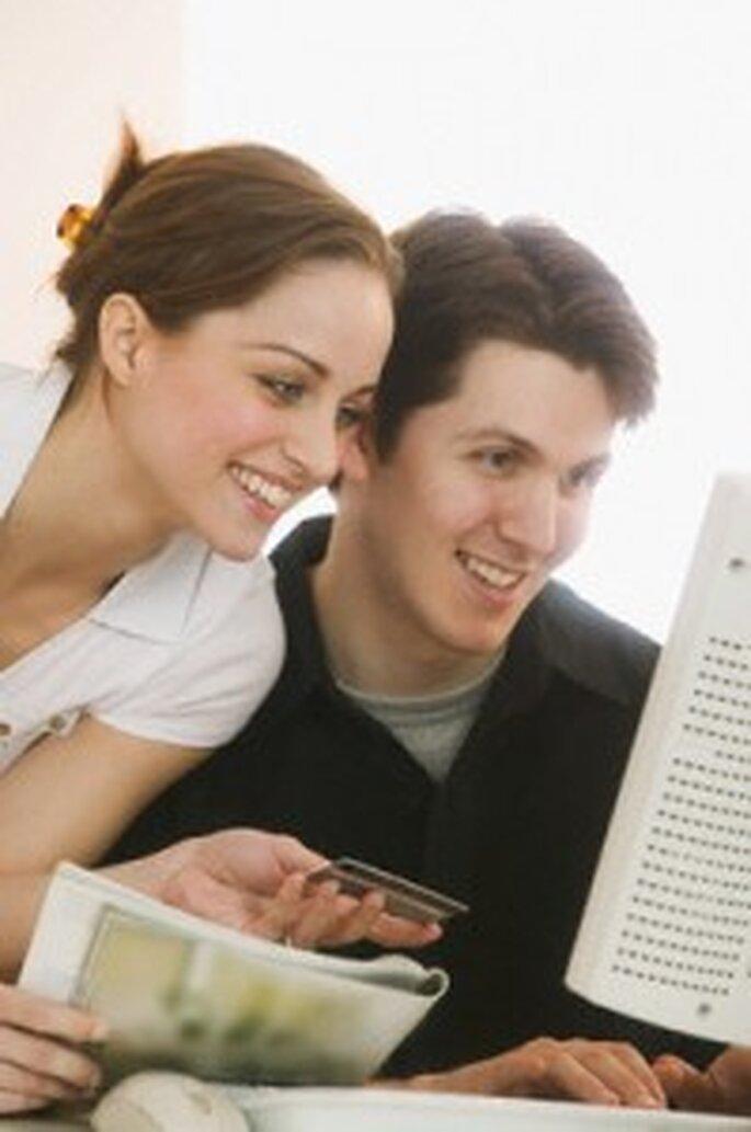 Una pareja mirando los mensajes de sus amigos y familiares en Facebook