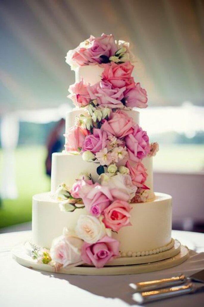 Wedding cake chute de véritables fleurs. Crédit Paradis Gourmandise