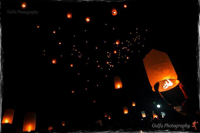 Lámparas de papel voladoras en tu boda. Foto: Prasanth Chandran
