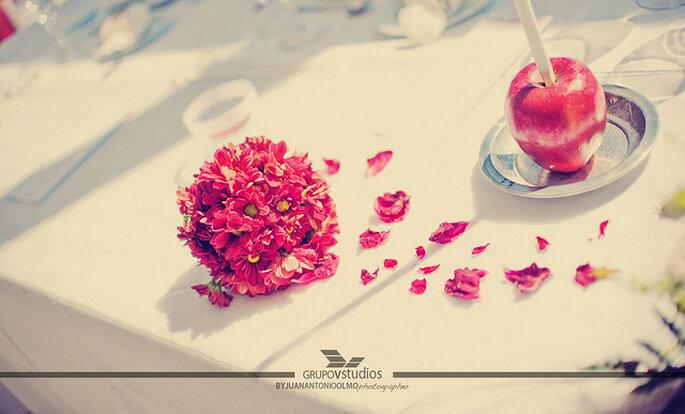 Decoración para las mesas del banquete con flores rojas y manzanas. Foto: Juan A. Olmos