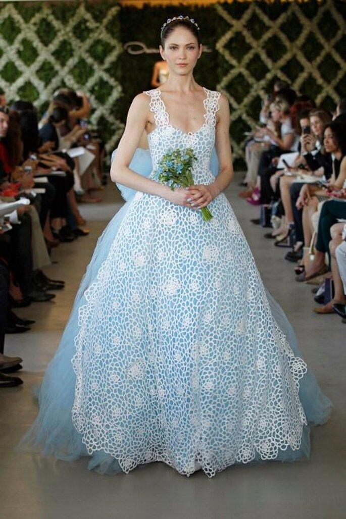 Robe de mariée en tulle bleu et dentelle - Photo Oscar de la Renta 2013