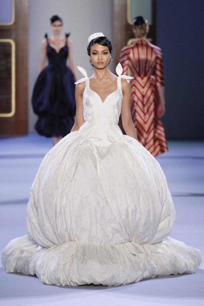 Vestido de novia alta costura en color blanco con falda de gran volumen y tirantes con lazo - Foto Ulyana Sergeenko