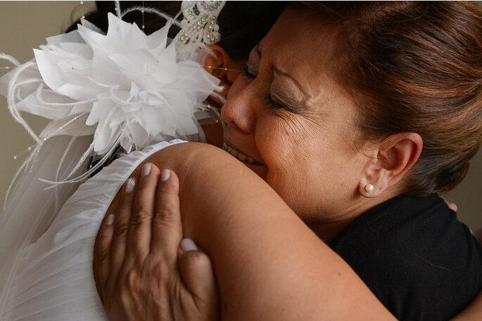 La novia con su madre antes de la boda. Foto: Juya Photographer