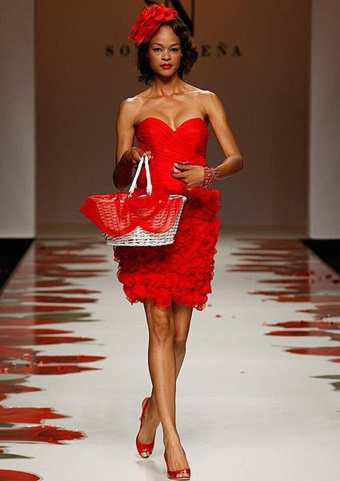 Vestido de coctel corto en color rojo con escote corazón de Sonia Peña