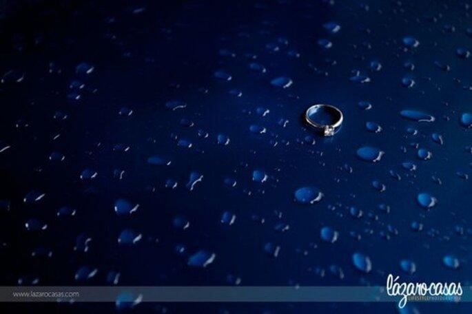 Fotografia dell'anello di fidanzamento su sfondo ispirato all'acqua - Foto Lázaro Casas