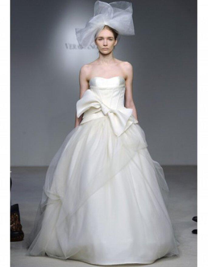 Vestido de novia con gran lazo en la cintura. Foto: Vera Wang