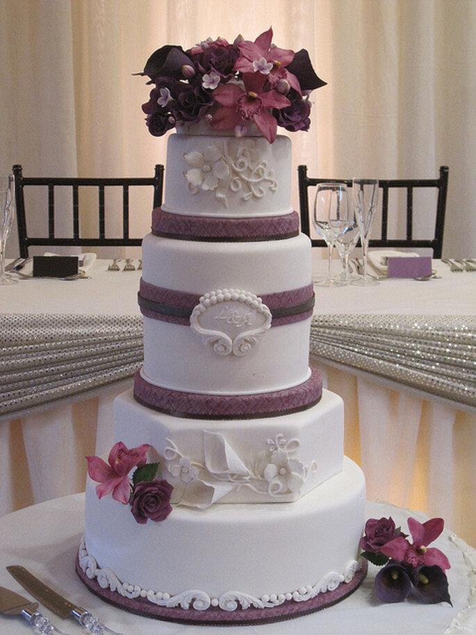 Pastel con flores y cintas en combinación. Foto: Graceful Cake CreationsWicked LIttle Cake Company