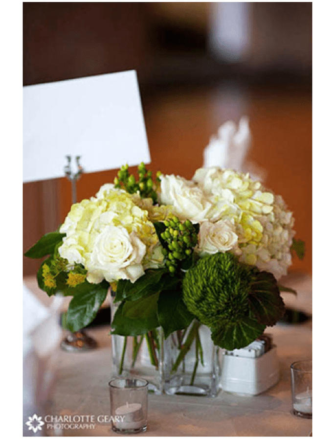Centros de mesa con flores y follaje en color verde esmeralda y frascos transparentes - Foto Charlotte Geary