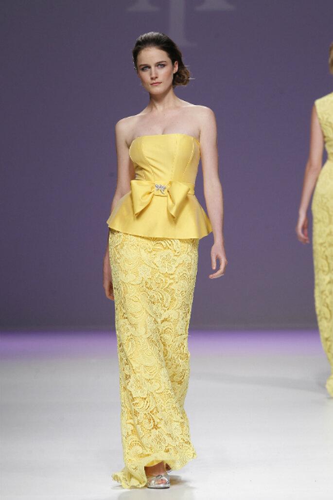 Abito lungo in giallo con corpetto con fiocco e gonna ricamata con disegni floreali di Ana Torres 2013. Foto: Barcelona Bridal Week