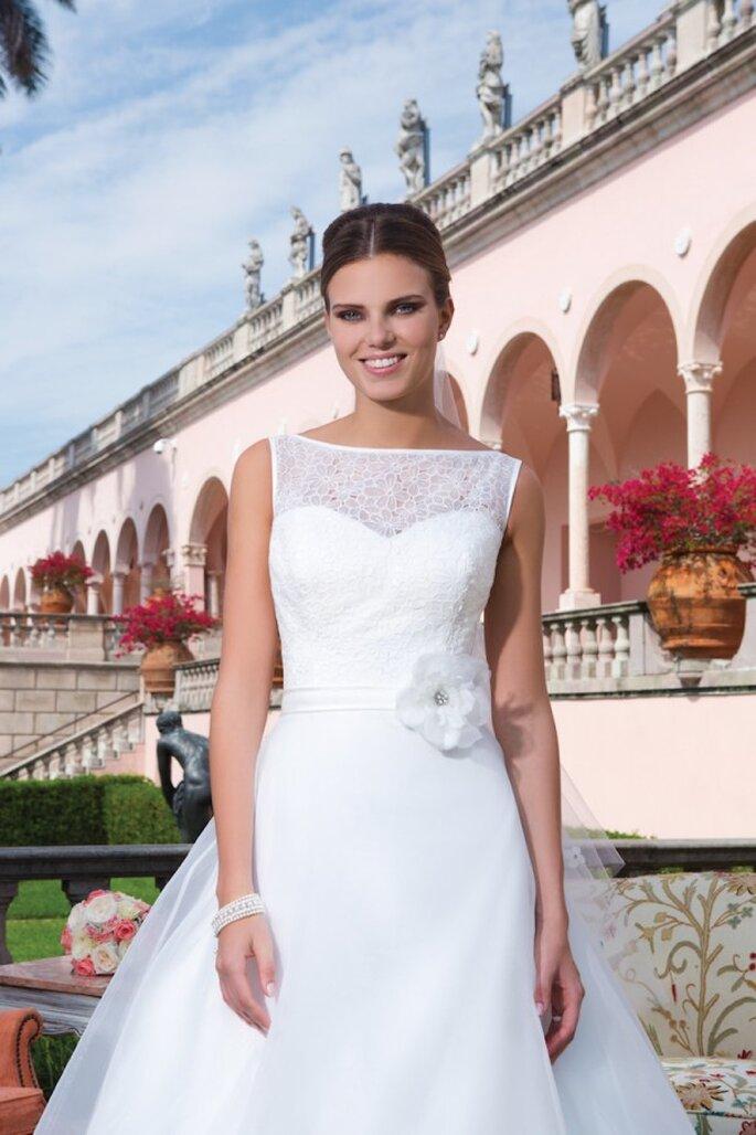 Brautkleid mit Blumenaccessoire an der Taille in der Kollektion 2015 von Sweetheart