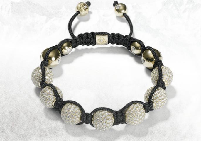 Brazalete para novia con hilo negro, relieve en diamantes y detalles dorados - Foto Shamballa Jewels