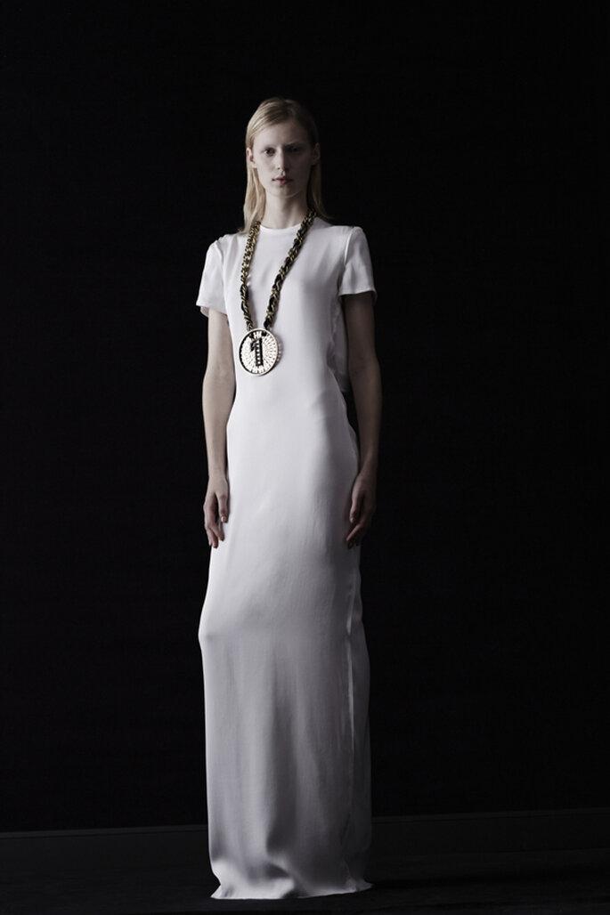 Vestido de novia en color blanco con silueta columna con mangas cortas y cuello cerrado - Foto Lanvin