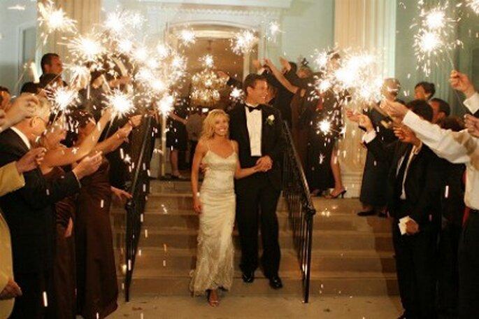 Luces de vengala a la salida de la boda para iluminar el camino de la nueva vida