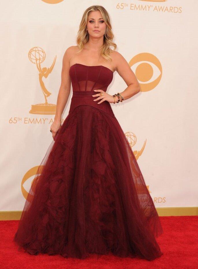 Kaley Cuoco con un vestido color vino en los Emmy - Foto Vera Wang