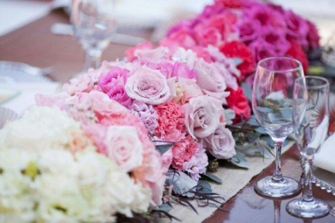 Centrotavola di fiori di di gradazioni di colori successive. Foto: Sweet Pea Flower Company
