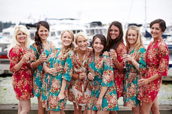 Una divertida tendencia, novias y madrinas con batas floreadas. Foto: SunsetToSunrise