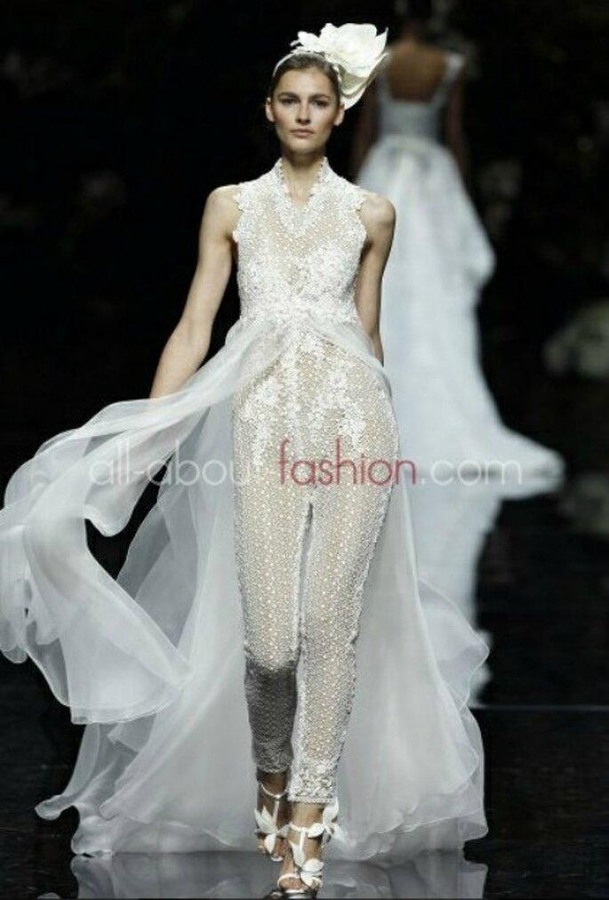 Pantalon de mariée en dentelle et jupe ample en mousseline. Manuel Mota pour Pronovias 2013 - Photo www.all-about-fashion.com