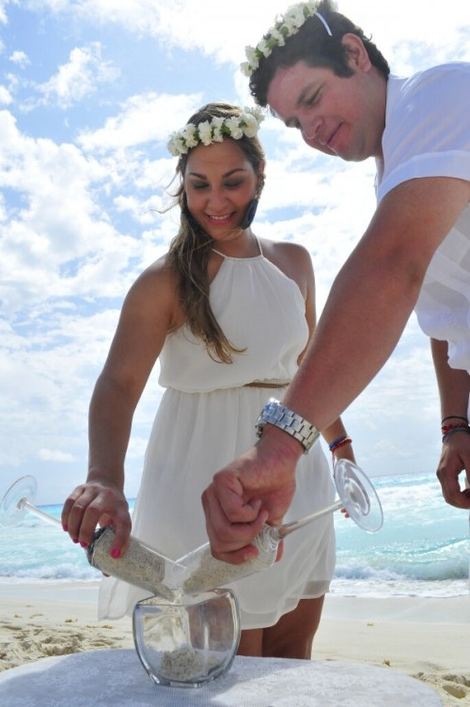 Ceremonia de Arena. Foto de Cancun WhiteChic Wedding & Events