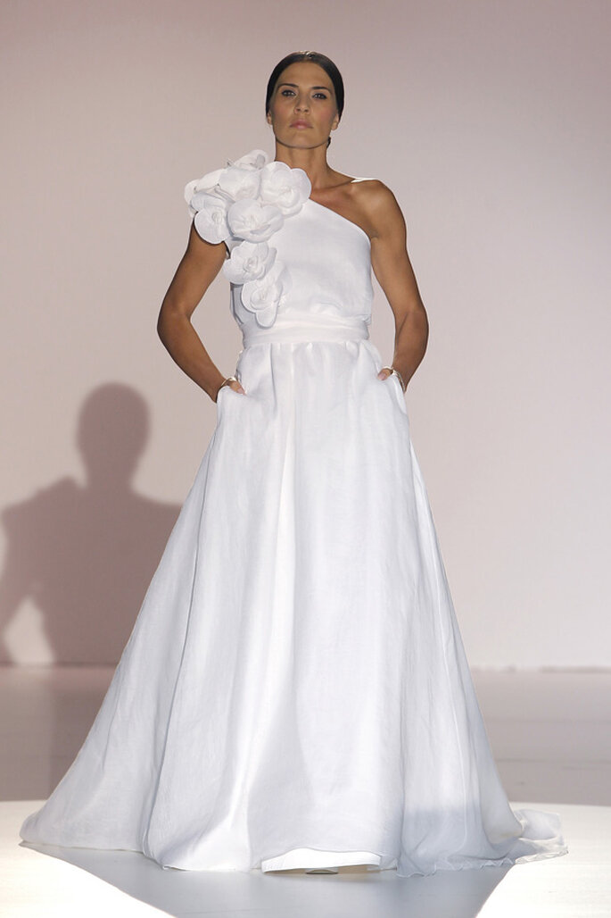 Vestidos de novia con escotes asimétricos, una tendencia must en 2015 - Foto Juana Martín