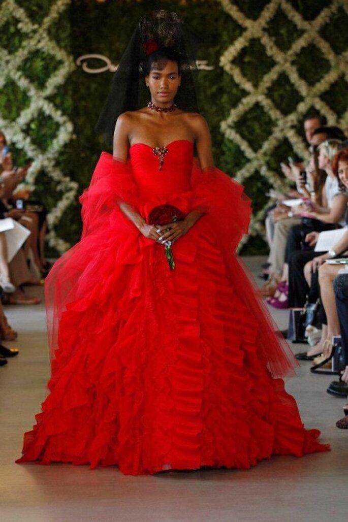Vestido de novia en color rojo - Foto Oscar de la Renta 2013