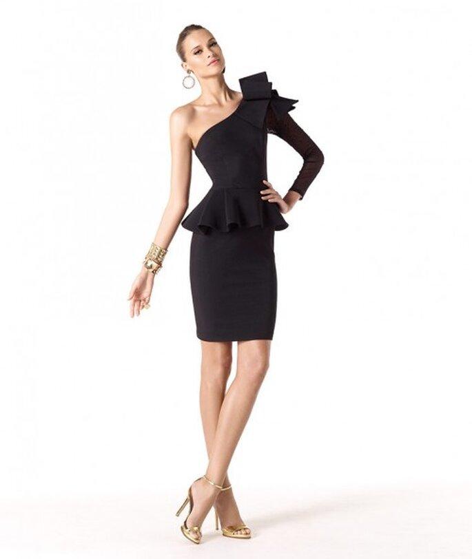 Vestido de fiesta 2014 corto en color negro con detalle de lazo y silueta peplum - Foto Pronovias
