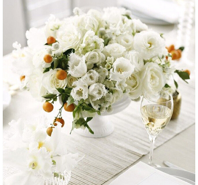 Majestuosos centros de mesas con grandes arreglos florales. Foto: Belathée